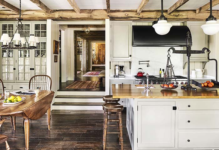 Parede em branco com madeiras rusticas complementando