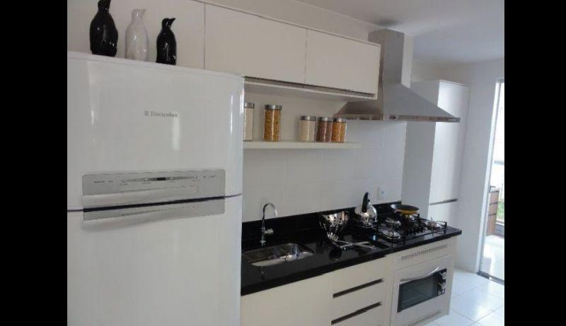 Parede lisa pintada em branco na sua cozinha