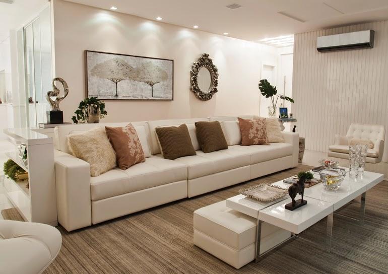 Quadro longo na parede da sala branca com piso de madeira
