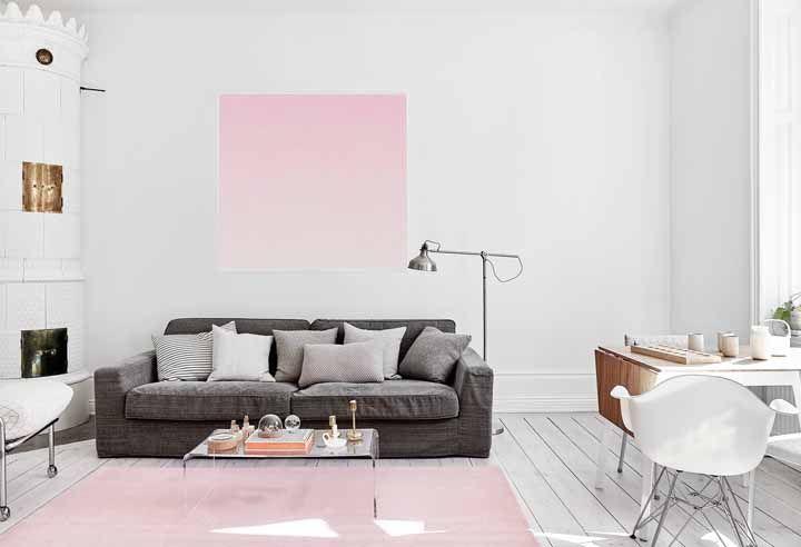 Quadros rosa e grande combinando com uma parede branca