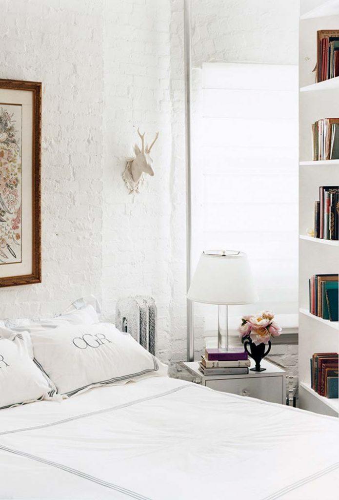 Quarto clássico com parede barncas combinando com o resto dos móveis