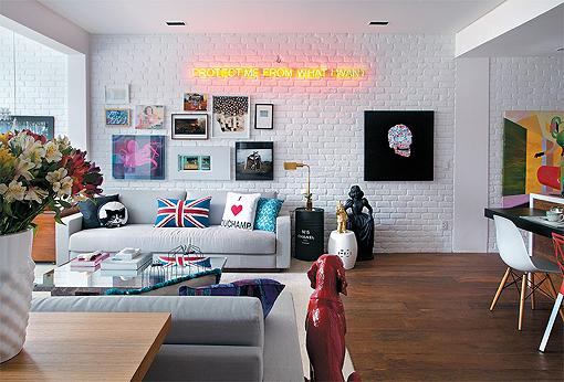 Tijolos na parede pintados em branco com uma ótima iluminação