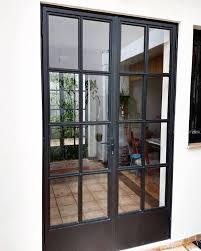 Ferro e vidro compondo a entrada da cozinha