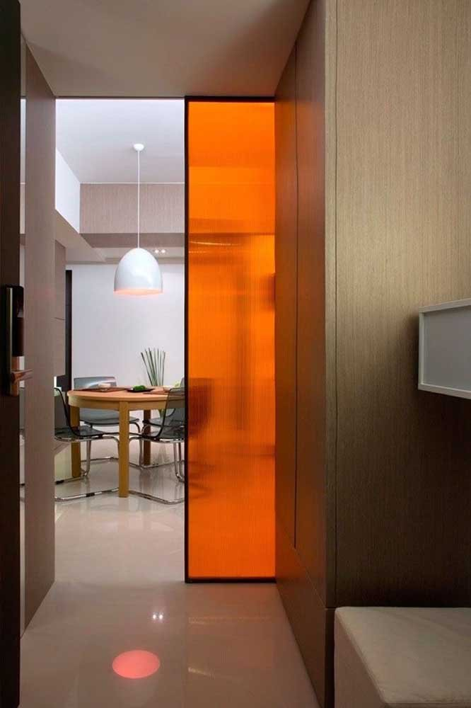Porta de vidro temperado fumê para a sala com iluminação