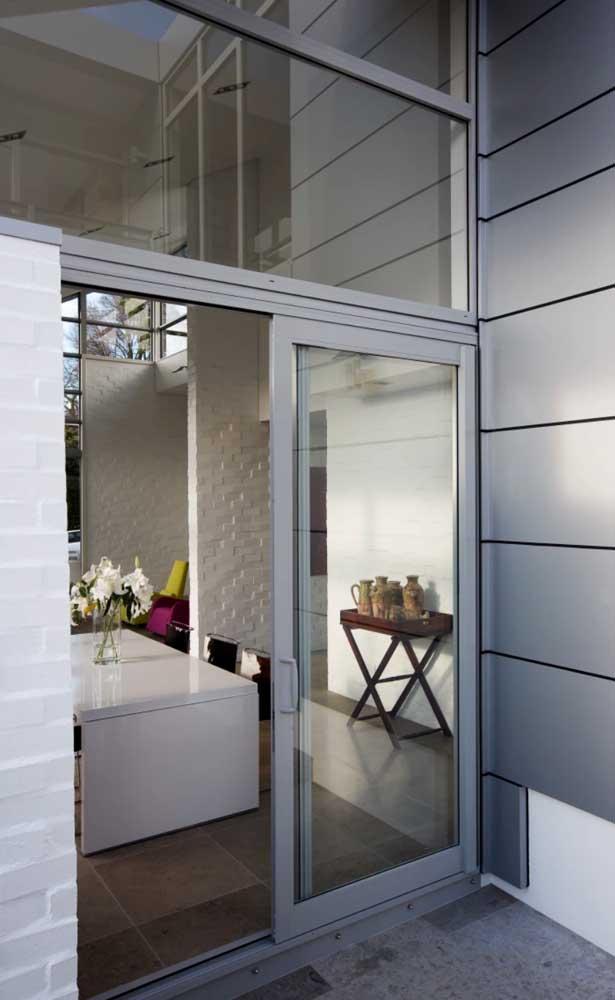 aluminio e vidro compondo a entrada da cozinha