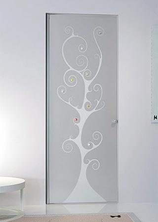 banheiro pequeno com porta ornamentada