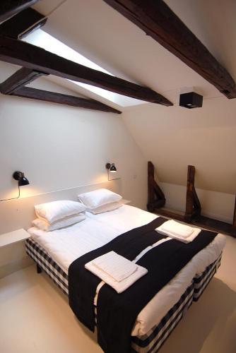 cama de casal em um pequeno sotão