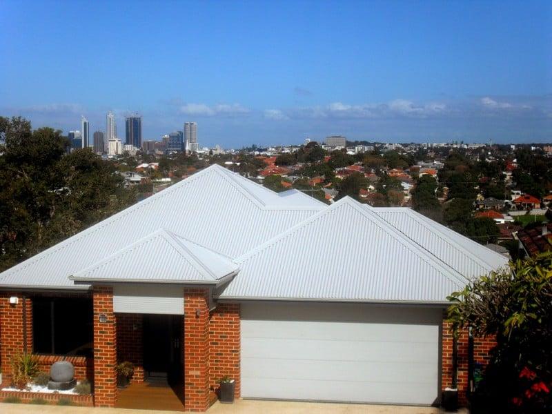 casa com com telhado de telhas francesas em branco