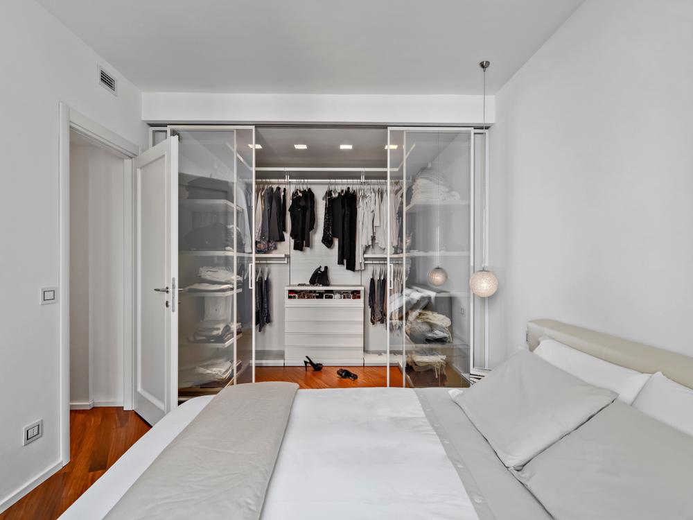closet com vidro temperado na entrada dentro do quarto