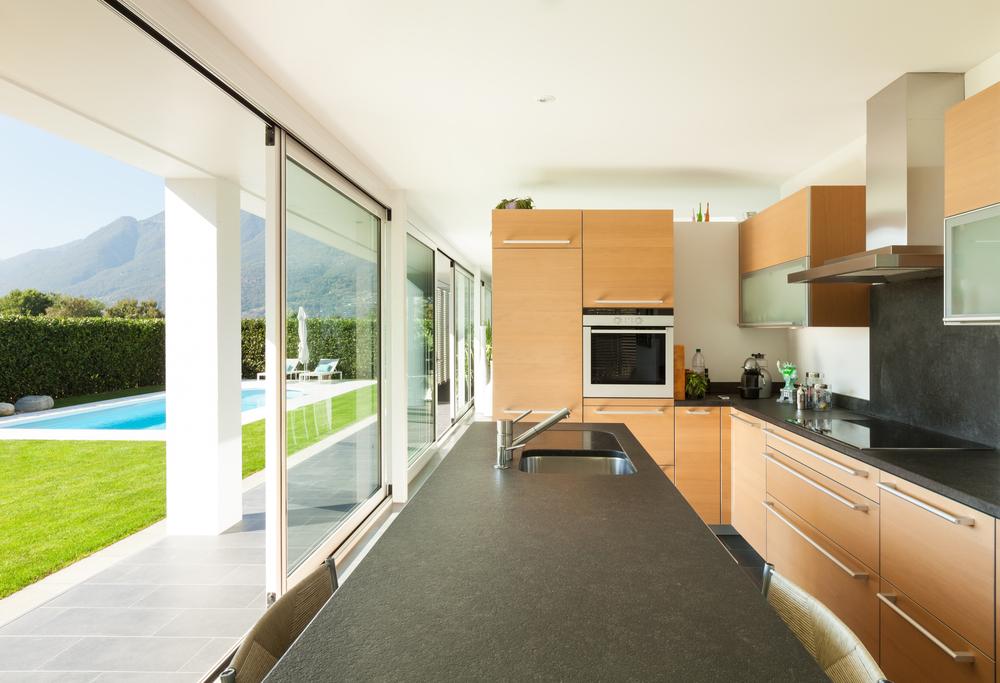 cozinha com porta de vidro para o quintal com grande amplitude