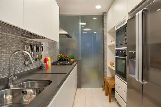 cozinha pequena com porta grande de duas folhas de vidro