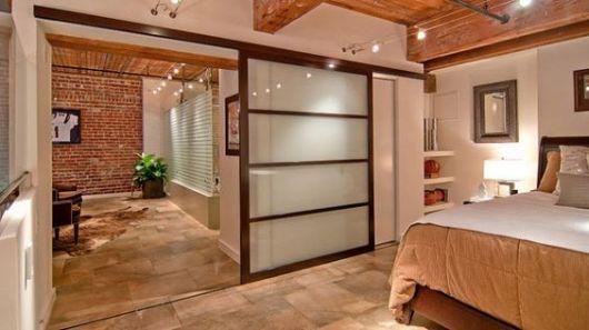 detalhes em madeira e o resto em vidro em porta