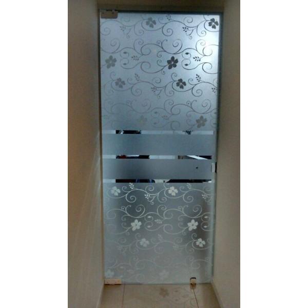 entrada banheiro jateado com figuras