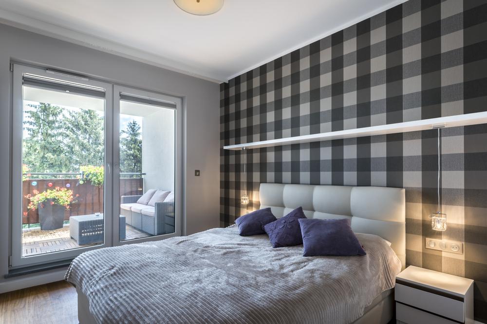 entrada da sacada para quarto com vidro temperado e detalhes brancos