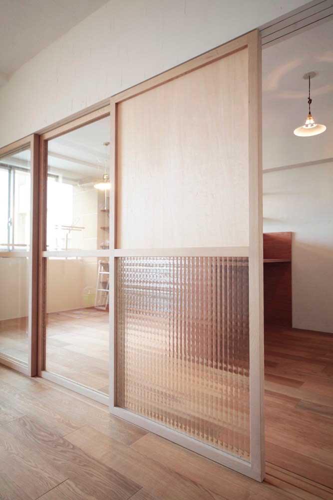 entrada grande de madeira e vidro para a cozinha