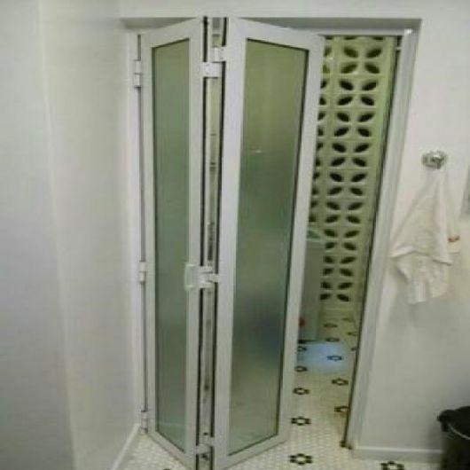 entrada sanfonada para o box do banheiro