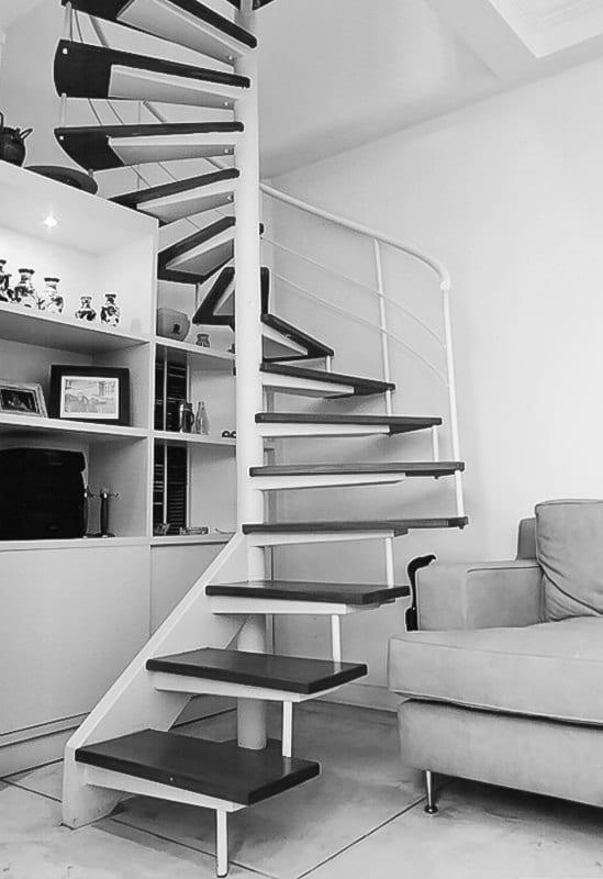 escada em preto e branco caracol para o sotão