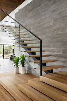 escada larga para entrar em um comodo