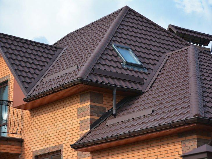 esmaltamento feito em telhas colocadas em telhado