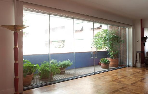 grande porta do quarto para varanda em vidro blindex