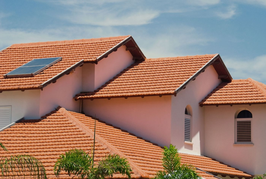 grande telhado feito com telhas francesas