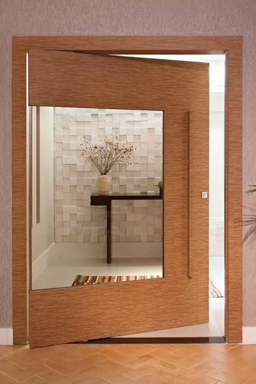 grande vidro em porta de madeira no quarto