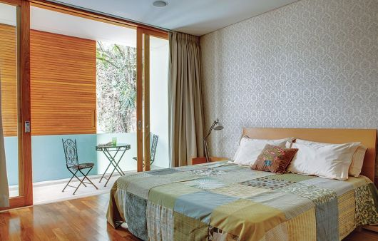 madeira clara e vidro na entrada da sacada da varanda para o quarto