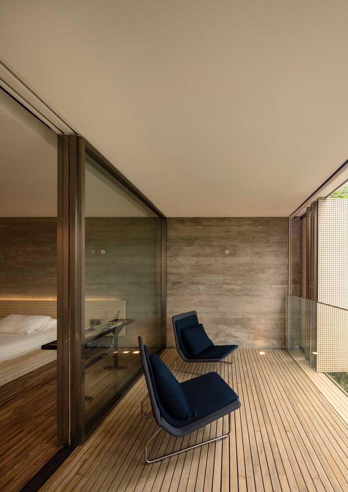 madeira e vidro na entrada da sacada para o quarto