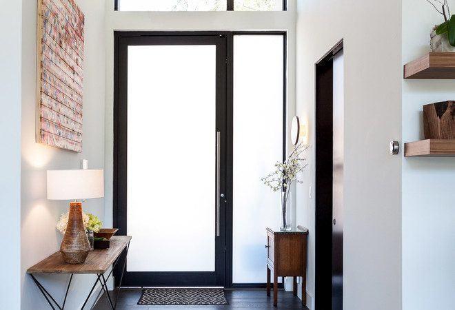 madeira escura na porta da cozinha