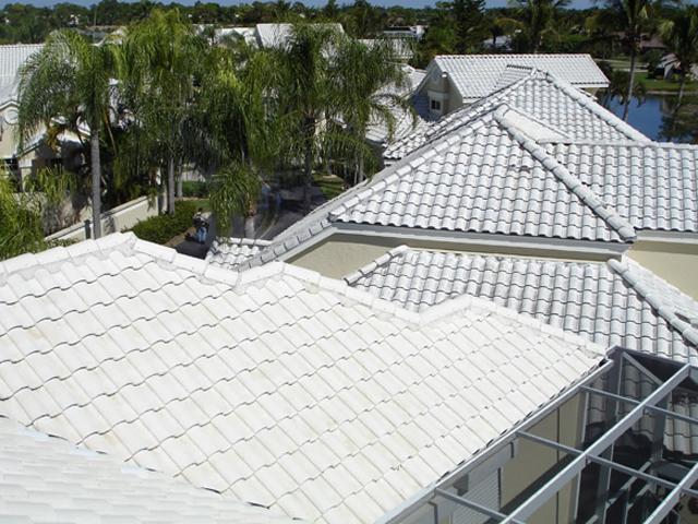 pedaço de telhado em telhas de plastico com modle frances