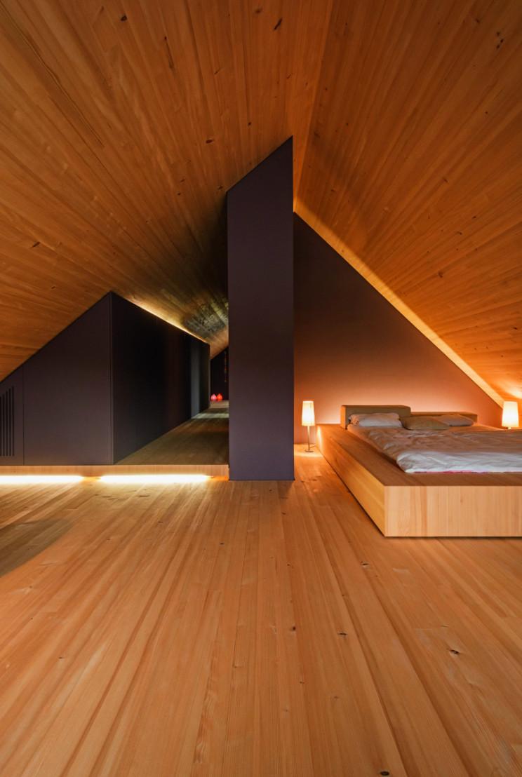 piso de madeira em um sotão pequeno