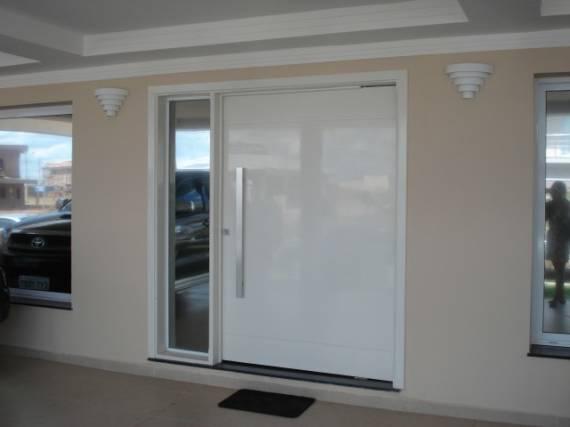 porta branca de alumiuinio com vidro na lateral