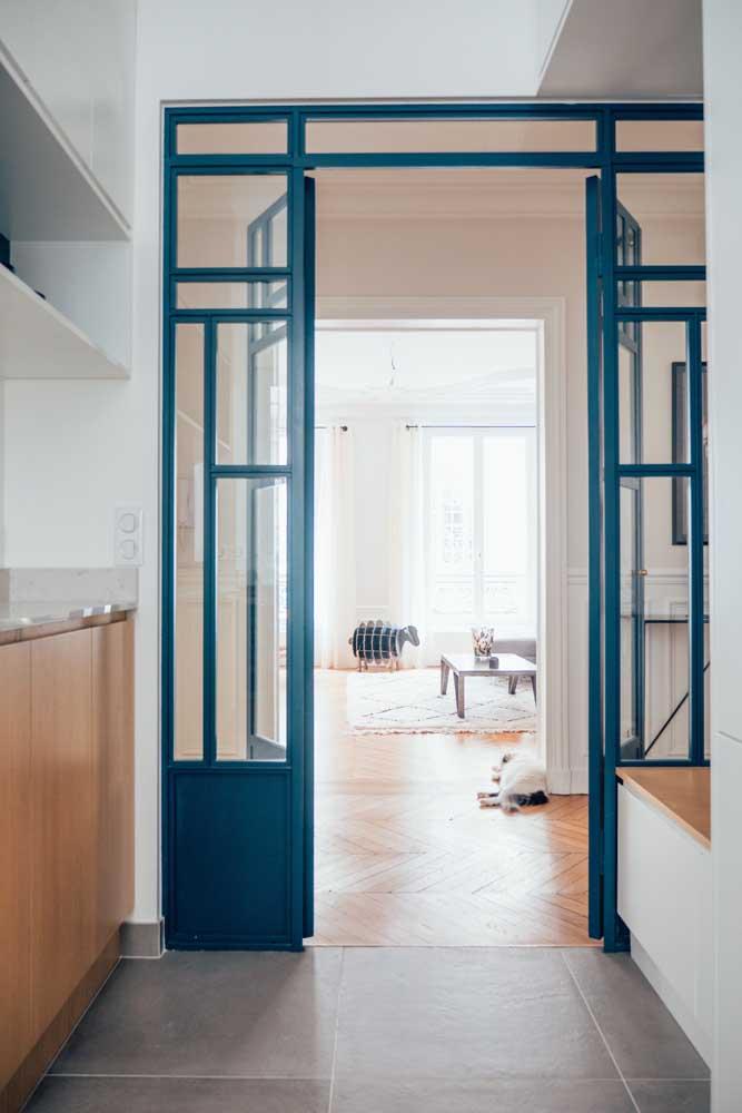 porta de correr azul com 2 folhas em partes de vidro