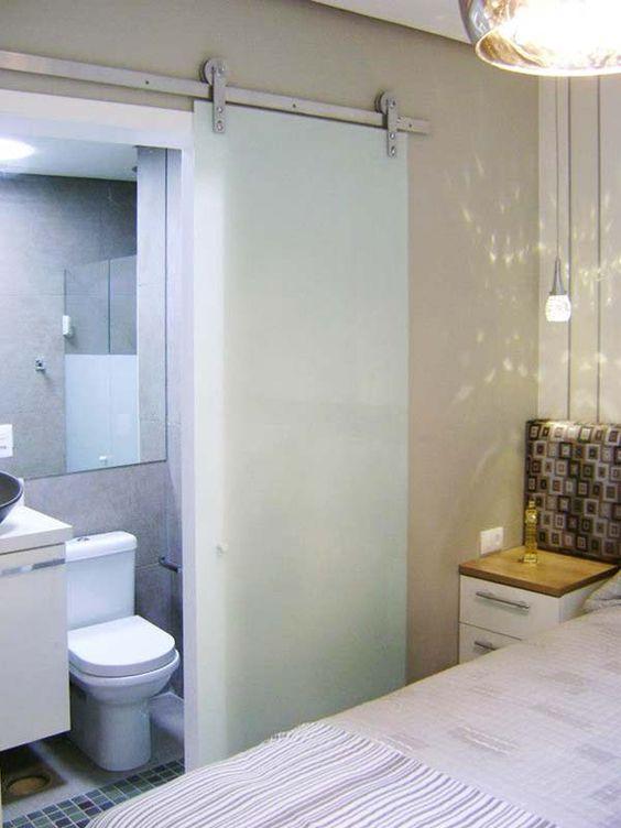 porta de correr feita de vidro do quarto para banheiro