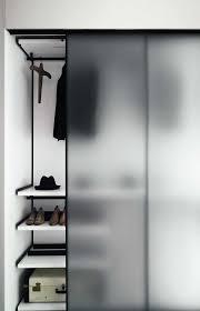 porta de correr feita em vidro fume no closer do quarto