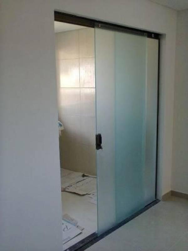 porta de correr totalmente em vidro embaçado