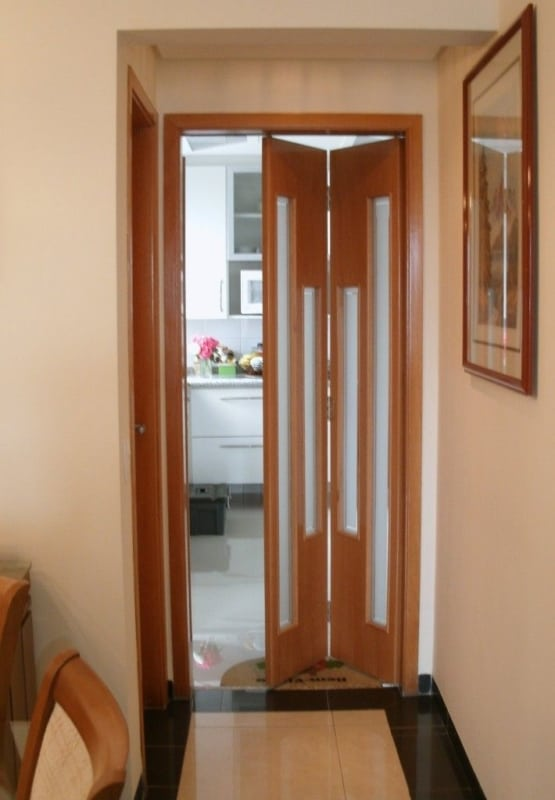 porta de madeira com vidro para a cozinha com folha dupla