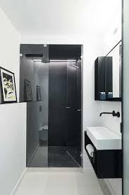 porta de vidro com banheiro com pelicula bem escura