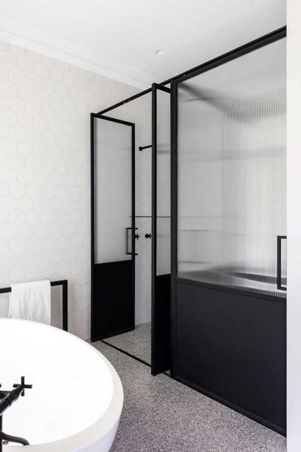 porta de vidro para banheiro com partes pretas