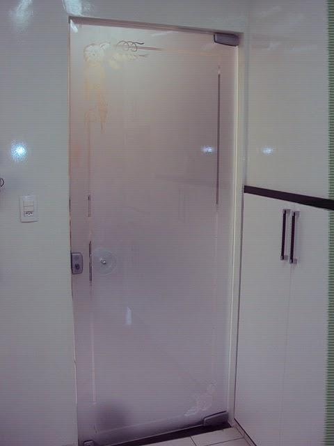 porta de vidro para banheiro de correr com maçaneta pequena