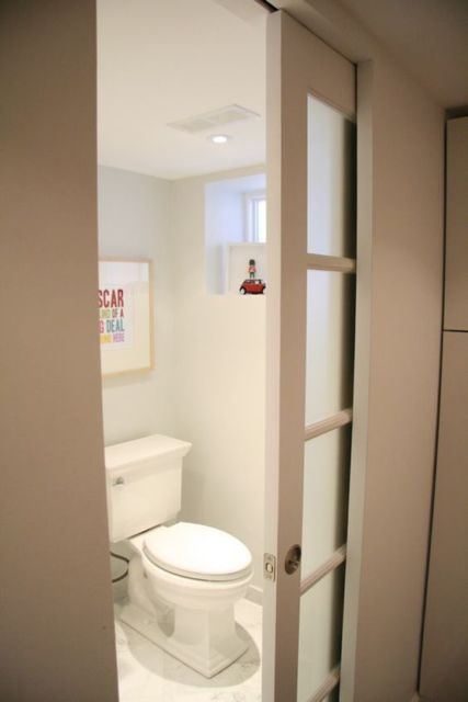 porta de vidro para banheiro pequeno com madeira