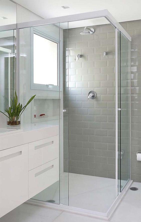 porta de vidro para box do banheiro com detalhes em branco