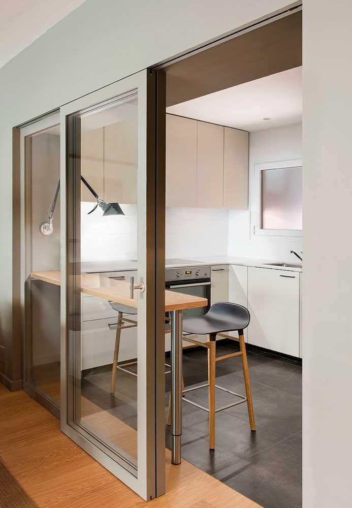 porta de vidro para cozinha pequena comd etalhes em madeira