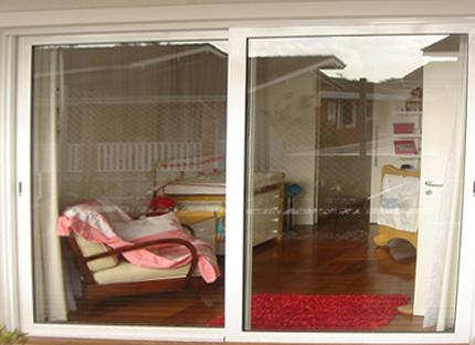 porta de vidro para sacada do quarto com moldura branca