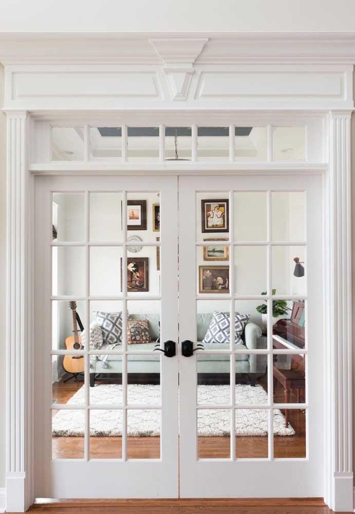 porta grande levando a uma sala pequena