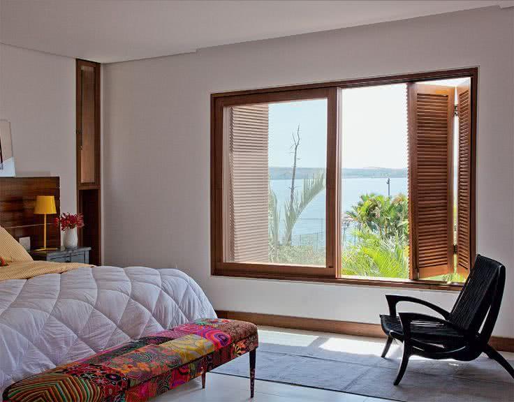 porta janela mistura de vidro e madeira no quarto