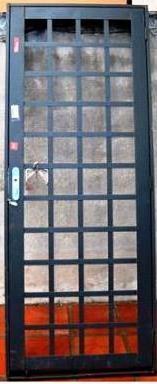 porta pequena de ferro e vidro na cozinha