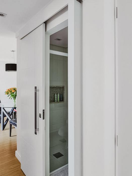porta que abre lateralmente com pedaço de vidro