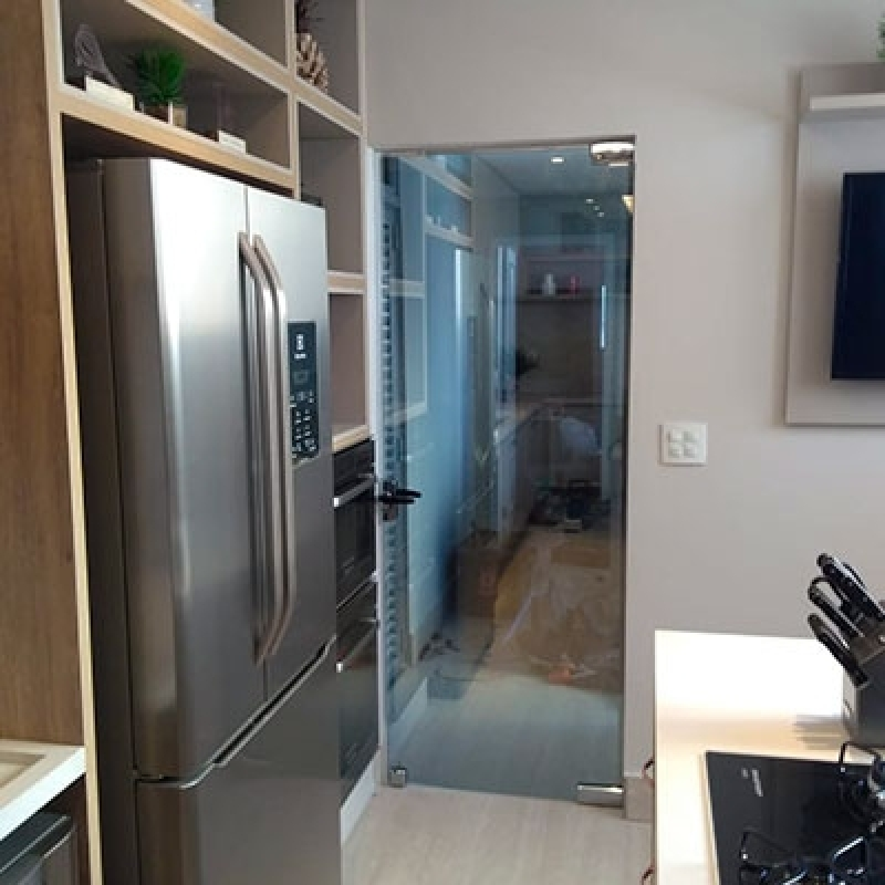 porta simples e sem moldura com vidro fume na cozinha