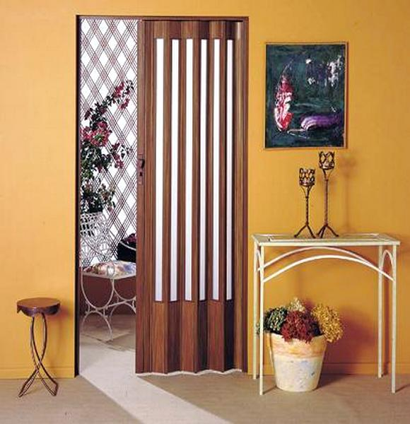 porta simples sanfonada na cozinha com verticais de vidro